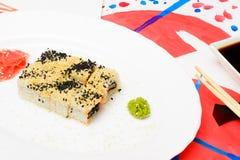 Fud konst Japansk sushi på en vit platta Arkivbilder