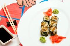 Fud konst Japansk sushi på en vit platta Arkivfoto