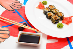 Fud konst Japansk sushi på en vit platta Royaltyfri Fotografi