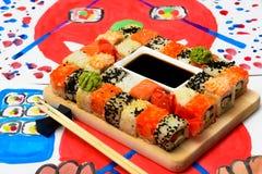 Fud konst Japansk sushi på en vit platta Arkivfoton