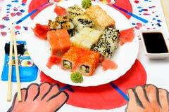 Fud konst Japansk sushi på en vit platta Royaltyfria Bilder
