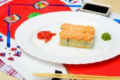 Fud konst Japansk sushi på en vit platta Royaltyfri Bild