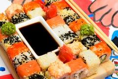 Fud-Kunst Japanische Sushi auf einer weißen Platte Stockfotografie
