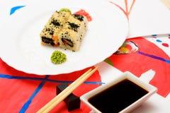 Fud sztuka Japoński suszi na białym talerzu Zdjęcia Royalty Free