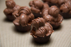 Fudge гайки макадамии шоколада против предпосылки Стоковое фото RF