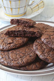 Fudge печенья пирожного на плите и чашке посуды Стоковые Фотографии RF