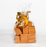 Fudge подарок в ясной сумке на белой предпосылке Стоковые Изображения
