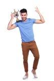 Fudll kroppbild av en vinnande trofékopp för man Arkivfoto