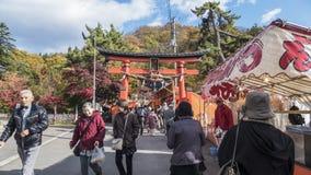 Fudo小河和红色桥梁在登上Nakano-Momiji 免版税库存图片