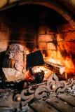 Fuego acogedor en una chimenea de piedra fotos de archivo
