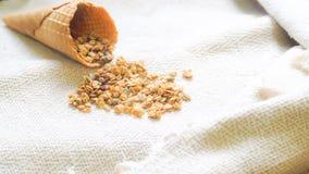 Fuego antiaéreo del maíz con el cono encendido con el fondo del concepto de la vida de la calma del paño de lino del algodón imagen de archivo libre de regalías
