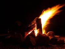 Fuego ardiente de madera Imágenes de archivo libres de regalías