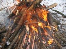 Fuego ardiente en el invierno Imagen de archivo libre de regalías