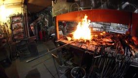 Fuego ardiente en la herrería vieja almacen de metraje de vídeo