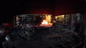 Fuego ardiente en la herrería vieja metrajes