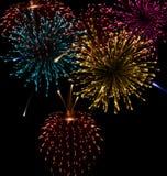 Fuego artificial abstracto festivo que estalla en diverso Imagenes de archivo