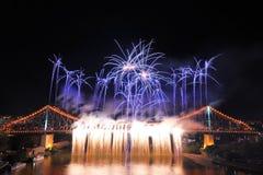 Fuego artificial asombroso en el puente de la historia en el festival del río de Brisbane Foto de archivo