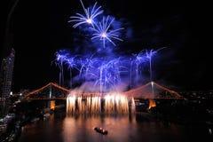 Fuego artificial asombroso en el puente de la historia en el festival del río de Brisbane Imagen de archivo