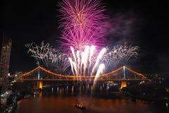 Fuego artificial asombroso en el puente de la historia en el festival del río de Brisbane Foto de archivo libre de regalías