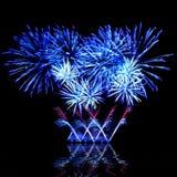 Fuego artificial azul hermoso en un cielo nocturno Foto de archivo libre de regalías