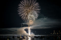 Fuego artificial brillante colorido en la noche en el tiempo de verano fotos de archivo