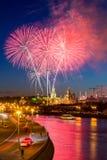 Fuego artificial cerca de Moscú Kremlin Imagenes de archivo