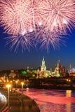 Fuego artificial cerca de Moscú Kremlin Fotos de archivo libres de regalías