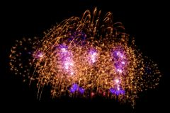 Fuego artificial colorido hermoso del fuego artificial de la chispa del oro para el celebratio Fotografía de archivo libre de regalías