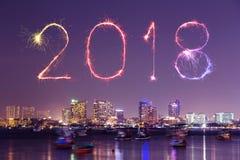 Fuego artificial con el paisaje urbano de Pattaya en la noche, Th de la Feliz Año Nuevo 2018 Imágenes de archivo libres de regalías