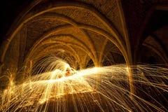 Fuego artificial de la abadía de las fuentes en la noche Foto de archivo libre de regalías