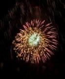 Fuego artificial de la alta calidad sobre la exposición larga del cielo nocturno Imagen de archivo libre de regalías