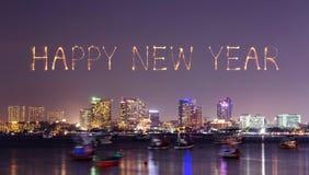 Fuego artificial de la Feliz Año Nuevo con el paisaje urbano de Pattaya en la noche, Thailan Imagen de archivo libre de regalías