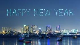 Fuego artificial de la Feliz Año Nuevo con el paisaje urbano de Pattaya en la noche, Thailan Fotos de archivo libres de regalías