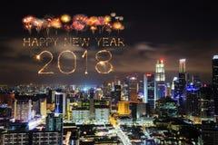 Fuego artificial de la Feliz Año Nuevo 2018 con el paisaje urbano de Singapur en la noche Imagenes de archivo