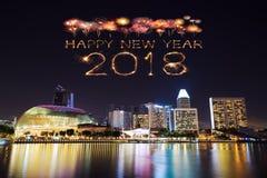 Fuego artificial de la Feliz Año Nuevo 2018 con el paisaje urbano de Singapur en la noche Fotografía de archivo libre de regalías