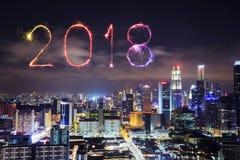 Fuego artificial de la Feliz Año Nuevo 2018 con el paisaje urbano de Singapur en la noche Foto de archivo libre de regalías