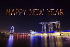 Fuego artificial de la Feliz Año Nuevo 2018 con el paisaje urbano de Singapur en la noche Imagen de archivo libre de regalías