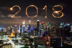 Fuego artificial de la Feliz Año Nuevo 2018 con el paisaje urbano de Singapur en la noche Fotos de archivo libres de regalías