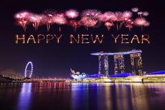 Fuego artificial de la Feliz Año Nuevo 2018 con el paisaje urbano de Singapur en la noche Imagen de archivo