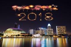 Fuego artificial de la Feliz Año Nuevo 2018 con el paisaje urbano de Singapur en la noche Foto de archivo