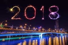 Fuego artificial de la Feliz Año Nuevo 2018 con el puente del jubileo en la noche, Singa Foto de archivo libre de regalías