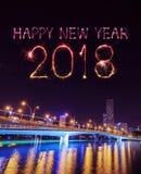 Fuego artificial de la Feliz Año Nuevo 2018 con el puente del jubileo en la noche, Singa Imagen de archivo libre de regalías
