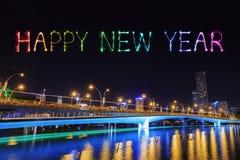 Fuego artificial de la Feliz Año Nuevo con el puente en la noche, Singapur del jubileo Fotografía de archivo