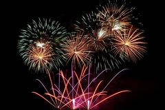 Fuego artificial 2018 de la Feliz Año Nuevo Los fuegos artificiales coloridos hermosos en el agua emergen con un fondo negro limp Foto de archivo