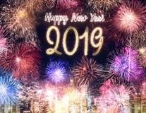 Fuego artificial 2019 de la Feliz Año Nuevo sobre el edificio del paisaje urbano en el ti de la noche Fotografía de archivo libre de regalías