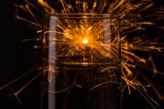 Fuego artificial de la Feliz Año Nuevo sobre un vidrio del champán Foto de archivo libre de regalías