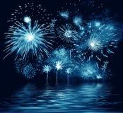 Fuego artificial del azul de la noche. Ilustración Fotos de archivo