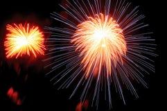 Fuego artificial del día de fiesta contra el cielo nocturno Fotografía de archivo