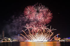 Fuego artificial del ` s del día nacional de Singapur Imagen de archivo libre de regalías