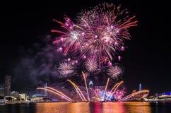Fuego artificial del ` s del día nacional de Singapur Foto de archivo libre de regalías